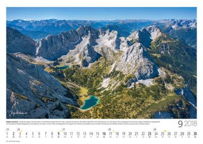 Gipfel und Seen<br>Als ideale Region für Wanderer und Kletterer präsentiert sich der westliche Abschluss der Mieminger Kette. Der Seebensee und der eine Geländestufe höher gelegene Drachensee liegen fantastisch eingebettet vor Grünstein, Marienbergspitze, Sonnenspitze und dem rechts etwas isoliert aufragenden Tschirgant. Am Horizont erschließt sich ein weites Panorama von Ötztaler Alpen, Silvretta, Verwall und Lechtaler Alpen.