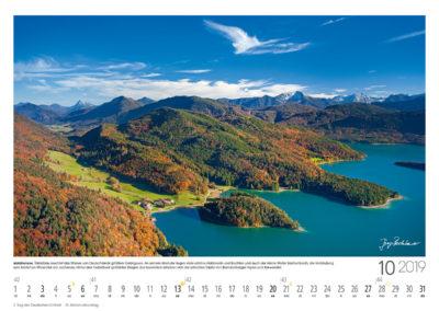 Walchensee<br>Türkisblau leuchtet das Wasser von Deutschlands größtem Gebirgssee. An seinem Westufer liegen viele schöne Halbinseln und Buchten und auch der kleine Weiler Sachenbach, die Verbindung zum lieblichen Wiesental der Jachenau. Hinter den herbstbunt gefärbten Bergen des Isarwinkels erheben sich die schroffen Gipfel von Brandenberger Alpen und Karwendel.