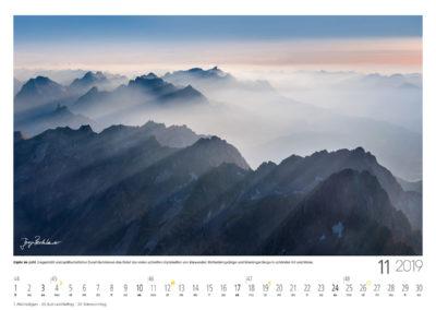 Gipfel im Licht<br>Gegenlicht und spätherbstlicher Dunst illuminieren das Relief der vielen schroffen Gipfelketten von Karwendel, Wettersteingebirge und Mieminger Berge in schönster Art und Weise.