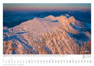 Alpenglühen<br>Der lange Gipfelrücken der Benediktenwand leuchtet im letzten Abendlicht, während im Isartal und im Alpenvorland schon längst die Dämmerung in feinstem Blau begonnen hat.