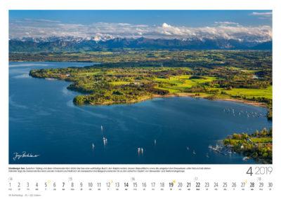 Starnberger See<br>Zwischen Tutzing und dem Höhenrieder Horn bildet der See eine weitläufige Bucht, den Karpfenwinkel, dessen Wasserfläche sowie die umgebenden Streuwiesen unter Naturschutz stehen. Dahinter liegt die Gemeinde Bernried und am Horizont erschließt sich ein berauschendes Bergpanorama bis hin zu den schroffen Gipfeln von Karwendel- und Wettersteingebirge.