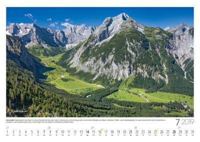 Karwendel <br>Faszinierend ist der Blick ins obere Rissbachtal über den Großen Ahornboden und die Eng zu den senkrechten Wänden von Eiskarl-, Spritzkar-, Platten- und Grubenkarspitze. Auf der anderen Seite des Tals dominieren Gamsjoch und Rüderkarspitze, ganz rechts zeigen sich die Gipfel von Steinfalk und Birkkarspitze.