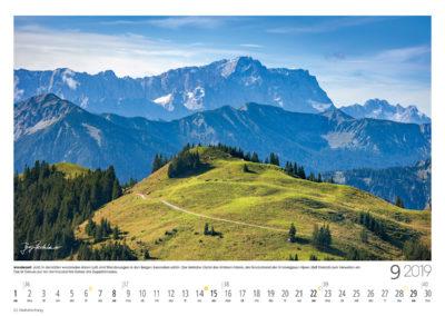 Wanderzeit<br>Jetzt, in der kühler werdenden klaren Luft, sind Wanderungen in den Bergen besonders schön. Der liebliche Gipfel des Hinteren Hörnle, am Nordostrand der Ammergauer Alpen, lädt förmlich zum Verweilen ein. Das ist Genuss pur vor der imposanten Kulisse des Zugspitzmassivs.