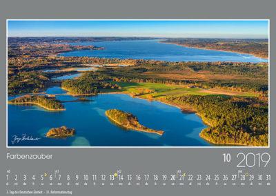 Farbenzauber <br>Blick über den großen Ostersee zur Gemeinde Seeshaupt und der weiten Wasserfläche des Starnberger Sees. Die fantastische Färbung des Wassers vermittelt schon fast Karibikstimmung.