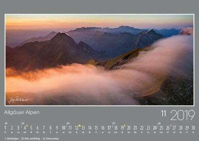 Allgäuer Alpen<br>Zarte Wolkenschleier überströmen den Verbindungsgrat zwischen Kreuzeck und Rauheck. An der markanten Höfats links, wie auch rechts am Schneck, reisst der Wind Wolkenfahnen am Gipfel hoch. Am Horizont der lange Rücken der Daumengruppe, über die auch der Hindelanger Klettersteig verläuft.