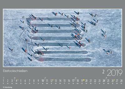 Eisstockschießen,<br>wie hier auf dem Riegsee ist ein beliebter bayerischer Volkssport. Dabei geht es nicht nur um Sieg und Ehre, sondern auch um einen willkommenen winterlichen Anlass zum Treffen und Reden.