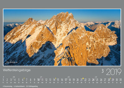 Wettersteingebirge<br>Die Westliche Partenkirchner Dreitorspitze und die Leutascher Dreitorspitze leuchten in feurigem Abendrot, davor die Scharnitzspitze und Schüsselkarspitze mit ihren fast senkrechten Südwänden.