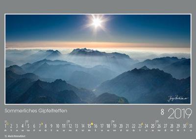 Sommerliches Gipfeltreffen<br>Der Blick geht über die vielen Karwendelketten und -gipfel zu den Mieminger Bergen und dem Wettersteingebirge. Unter der strahlenden Sonne im Westen erhebt sich auch die Zugspitze, Deutschlands höchster Berg.