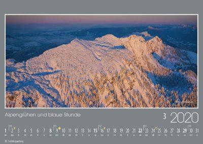 Alpenglühen und blaue Stunde<br>Der lange Gipfelrücken der Benediktenwand leuchtet im letzten Abendlicht, während im Isartal und im Alpenvorland schon längst die Dämmerung in feinstem Blau begonnen hat.