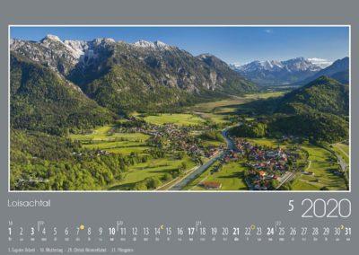 Loisachtal<br>Am Eingang des lieblichen Loisachtals liegt die schöne Gemeinde Eschenlohe vor den steilen Flanken des Estergebirges. Im Süden beeindruckt die Kulisse des Wettersteins mit dem fast 3000 Meter hohen Zugspitzgipfel, Deutschlands höchstem Berg.