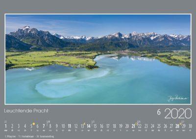 Leuchtende Pracht<br>Der Schmelzwasser-Sedimenteintrag durch den Fluss Lech gibt dem türkisfarbenen Wasser des Forggensees eine milchige und strukturierte Tönung. Der Fluss mündet bei der Stadt Füssen in den See, vor der Kulisse der Tannheimer Berge. In der Bildmitte leuchten die Lechtaler Alpen und links bildet der Säuling einen beeindruckenden Hintergrund für die Schlösser Neuschwanstein und Hohenschwangau an seinem Fuße.