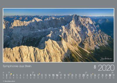 Symphonie aus Stein<br>Die Abendsonne taucht das schroffe Zugspitzmassiv und den langen Waxenstein- und Riffelwandkamm in ein warmes Licht. Hinter dem Höllental leuchten der Jubiläumsgrat und die Mieminger Berge vor den Ötztaler und Stubaier Alpen.