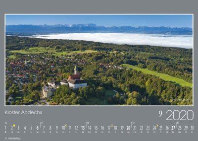 Kloster Andechs<br>Der Ammersee und die umliegenden Senken sind noch von Nebel bedeckt, während die Gemeinde Andechs und noch weiter oben das Kloster Andechs von der Morgensonne beschienen werden. Von hier reicht die Sicht weit in die Bayerischen Alpen.